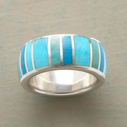 This blue-green turquoise palette ring's vibrant tones will add life to your look.