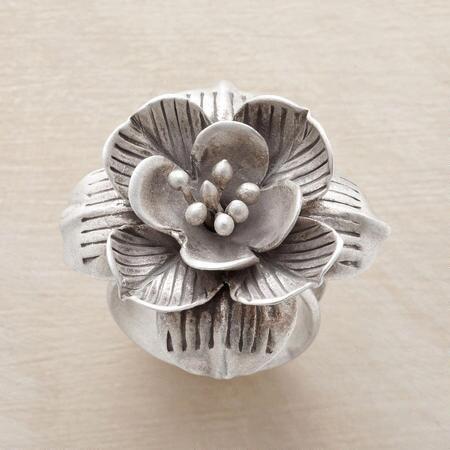 Blossoming prettily, this lotus in bloom ring will bring a romantic touch to your day.