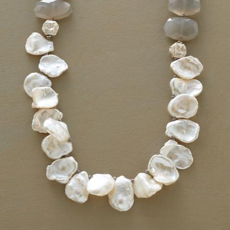 DEMURE DAZZLE NECKLACE