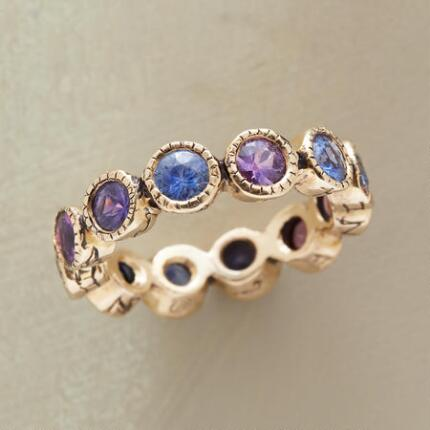 Replete with rich tones, this 14kt gold sapphires ring delivers a dose of lively glamour.