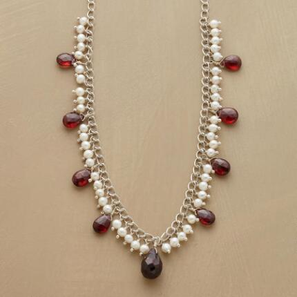 This pearl and garnet necklace combines elegance with a touch of glamour.