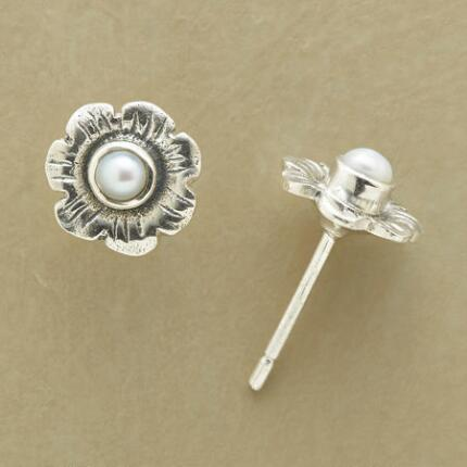 A pair of pearl flower stud earrings that shines with simple sweetness.