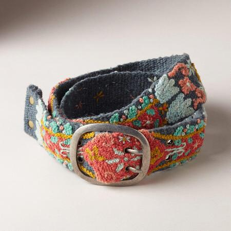 Bring your look to life with an embroidered cloth belt that will harmonize with so many different styles.
