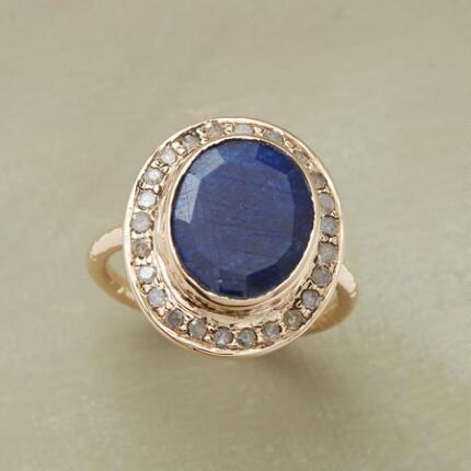 Glittering with glamour, this diamond & blue sapphire gold ring is simply heavenly.