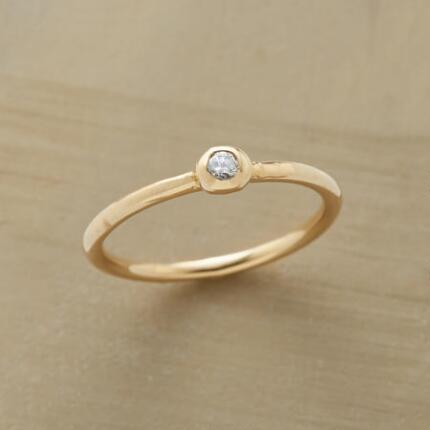 This pretty diamond in the gold ring pleases with its delicate charm.