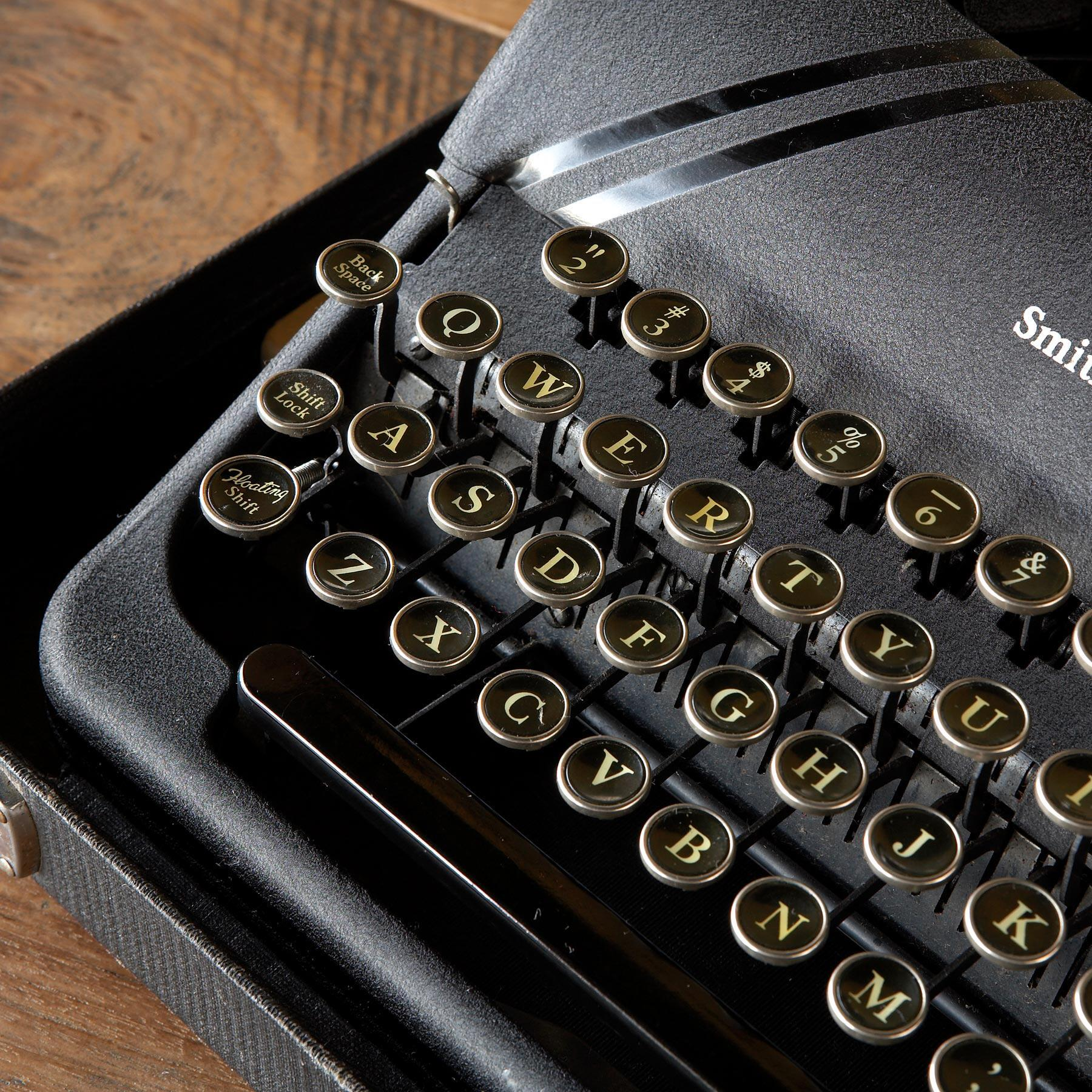 SMITH-CORONA STERLING TYPEWRITER: View 2