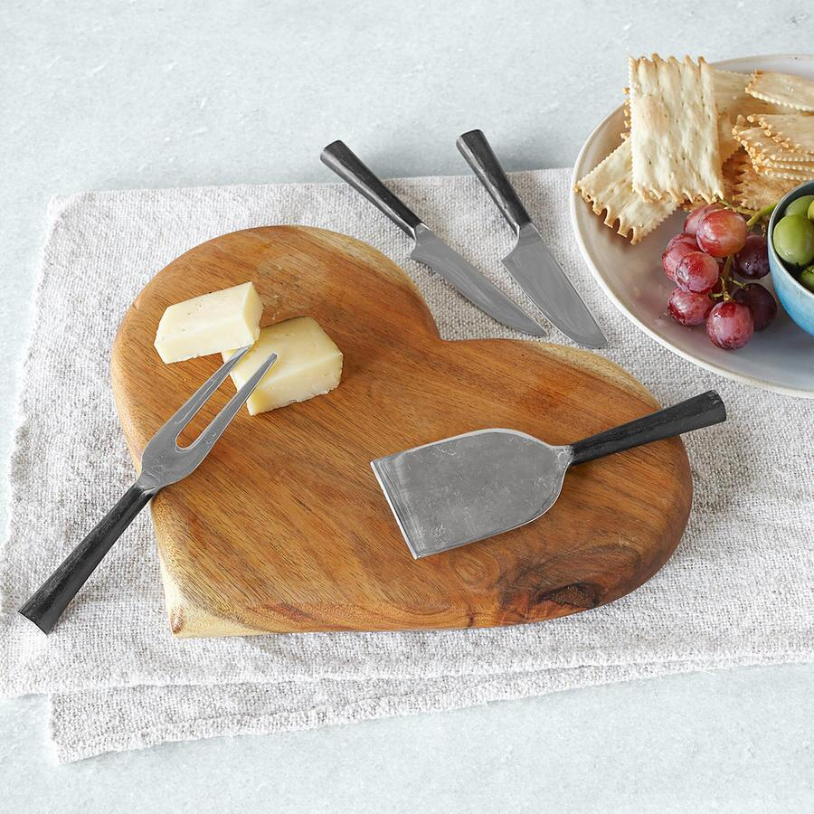 CAPE HEART CUTTING BOARD