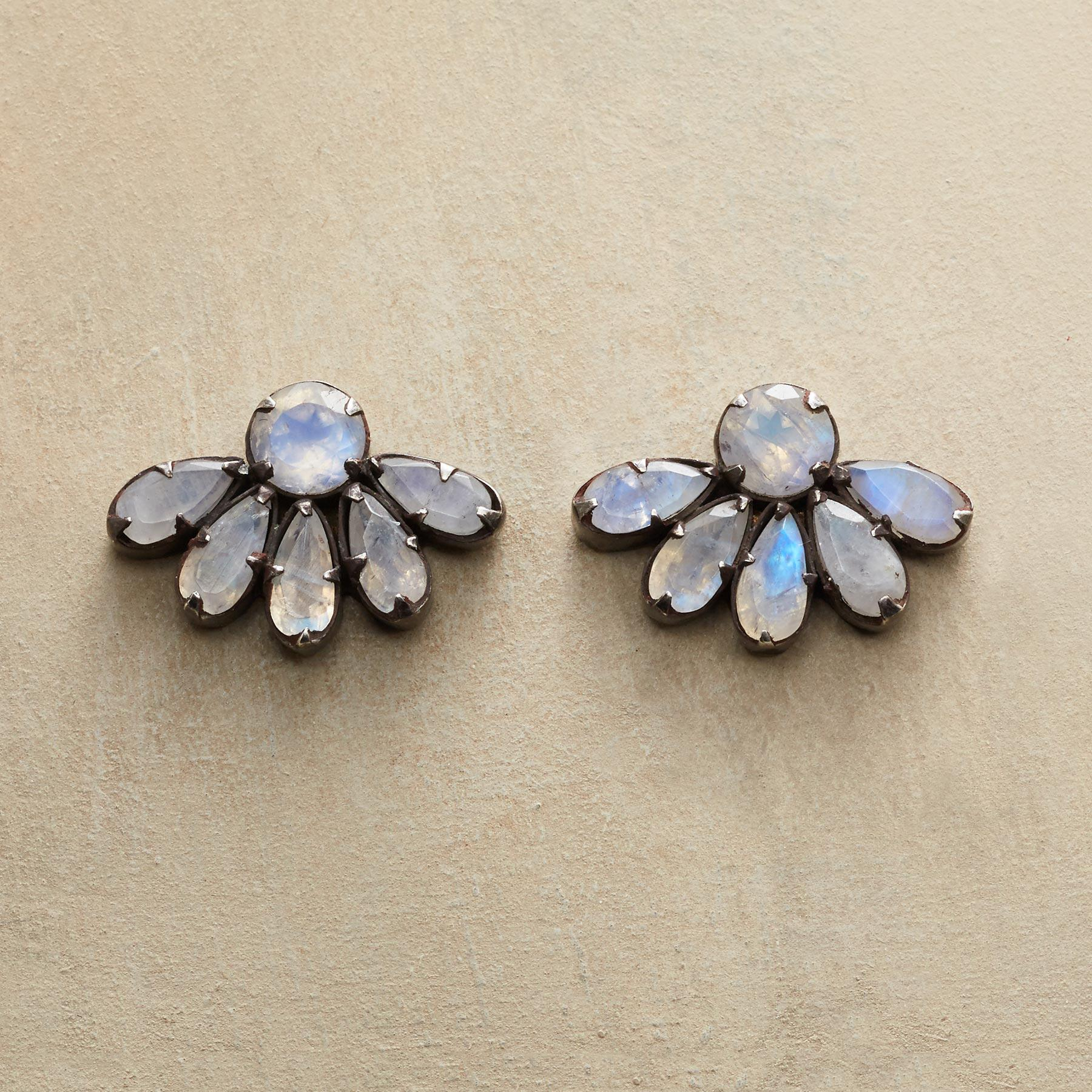 HALF DAISY EARRINGS: View 1