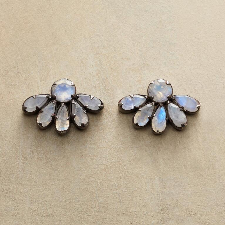 HALF DAISY EARRINGS