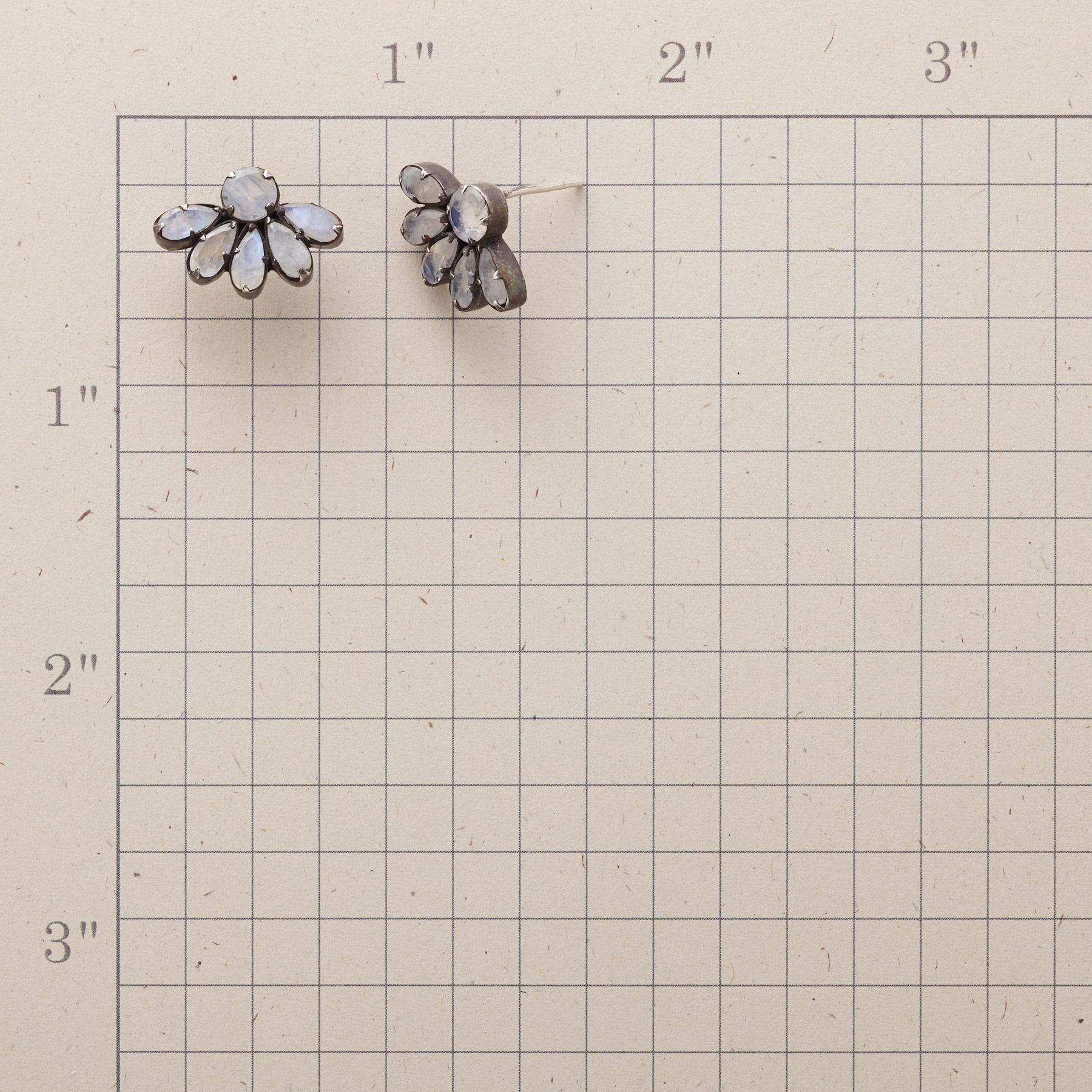 HALF DAISY EARRINGS: View 2