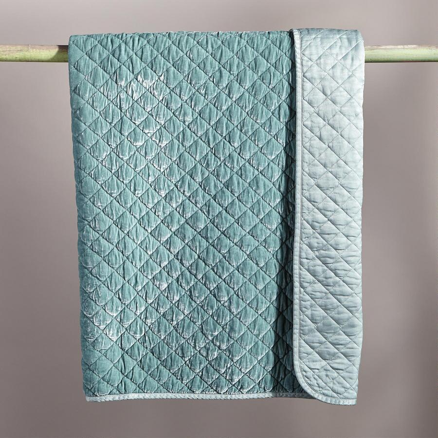 VELVETY QUILTED THROW