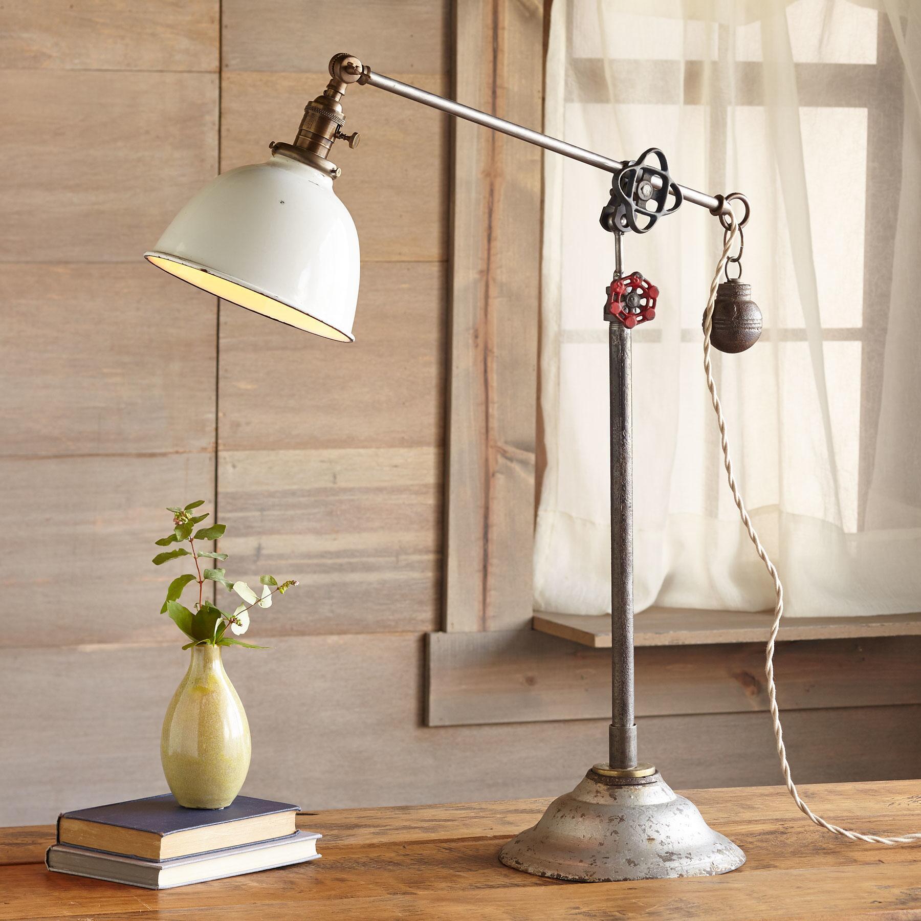 JUNEAU TABLE LAMP: View 1