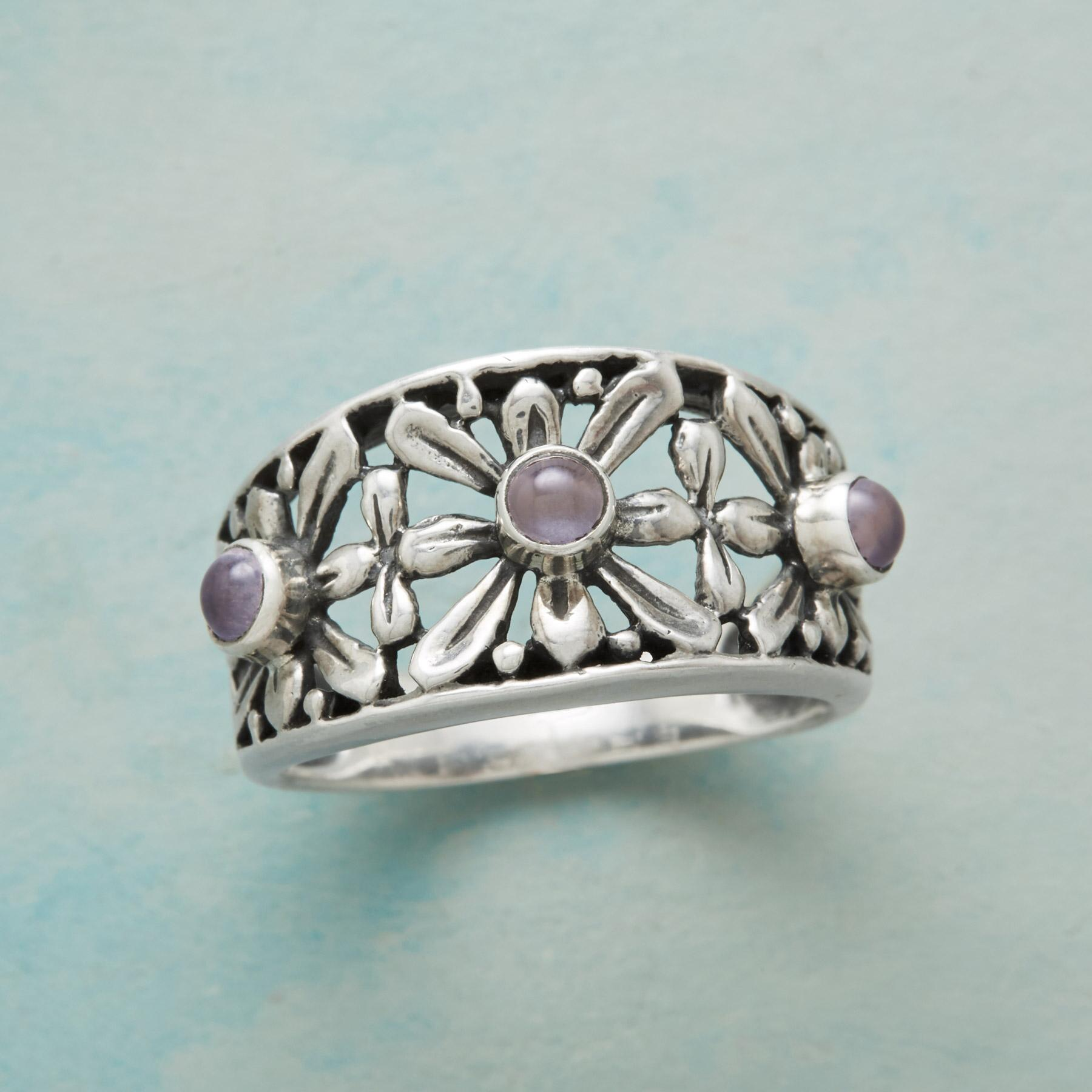 DEMURE DAISY RING: View 1