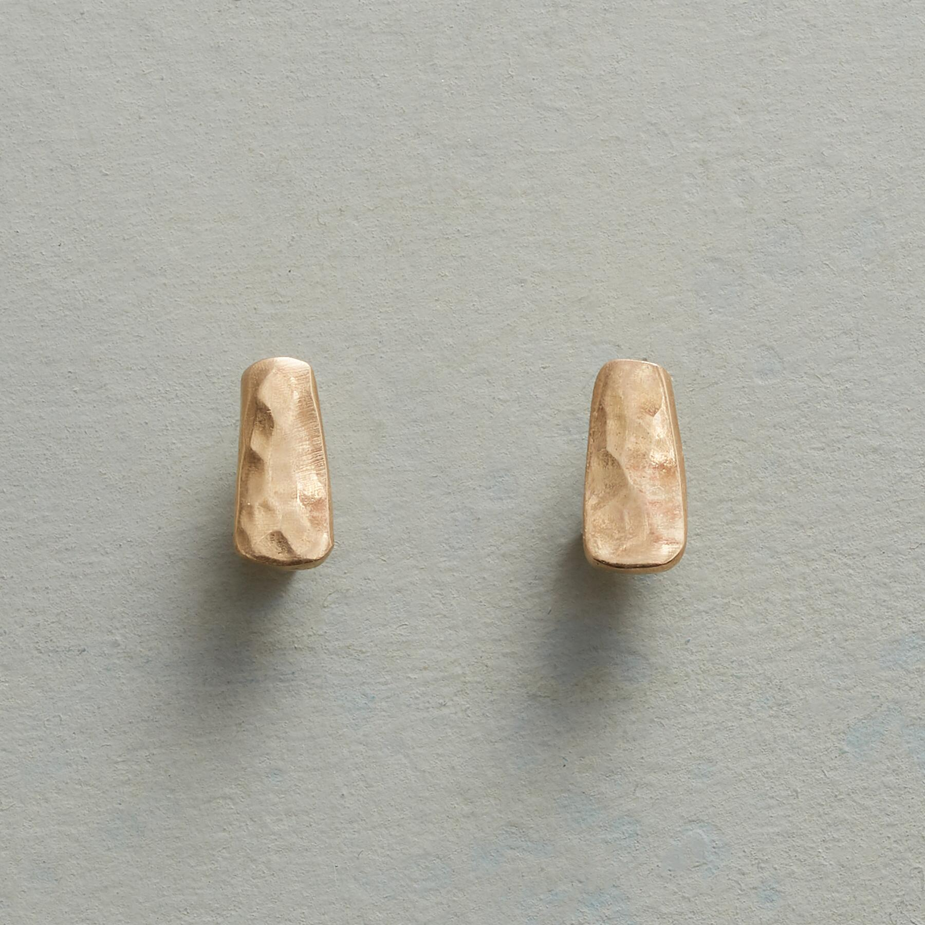 IMPRESSION STUD EARRINGS: View 1