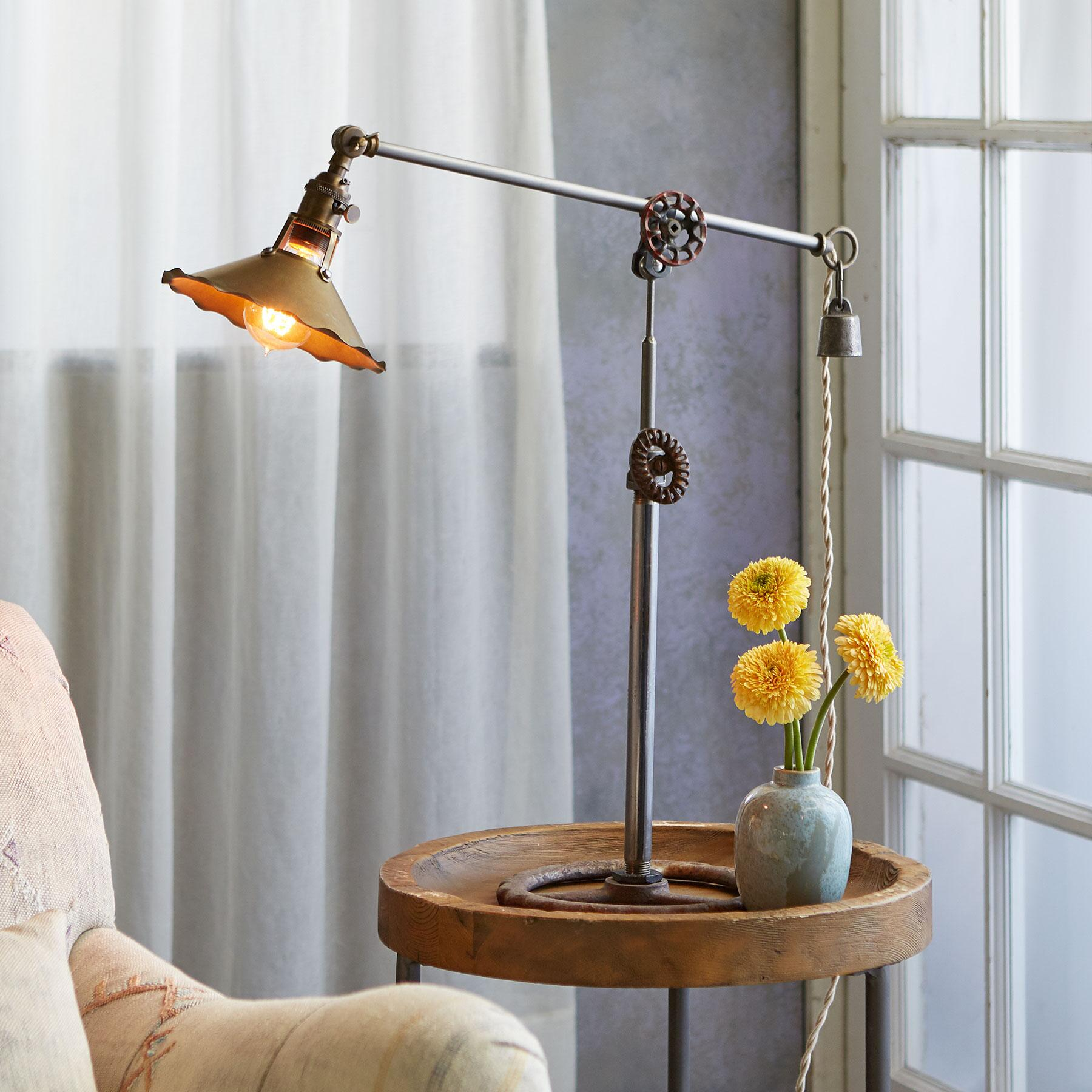 COUGAR CREEK TABLE LAMP: View 1
